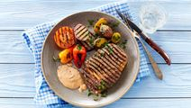 Ribeye-steaks med grillede grøntsager