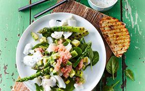Salat med grillede grønne asparges og stenbiderrogn