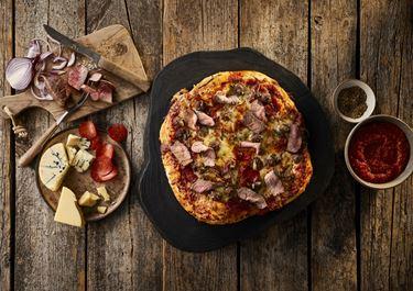 Pizza med pepperoni, kødboller og bøf