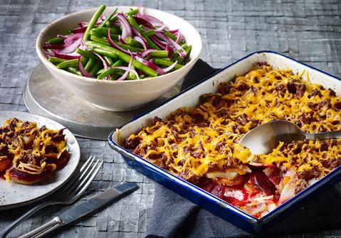 Bagte rodfrugter med oksekød og chiliost