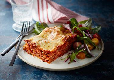 Lasagne med hytteost og grøn tomatsalat