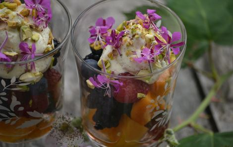Bær, blomster og vaniljecreme