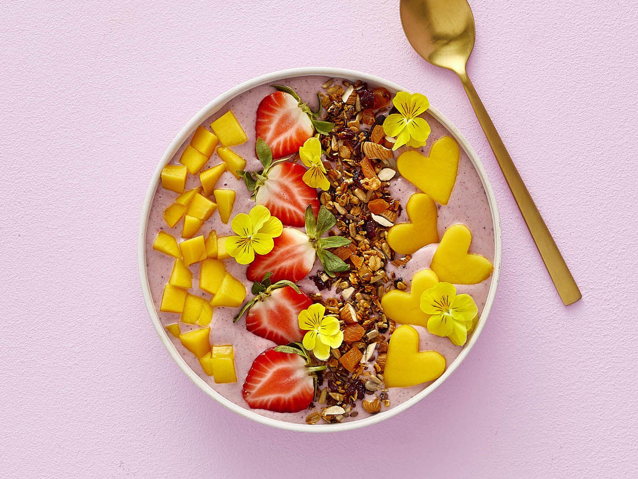 Acai bowl med mango, jordbær og granola