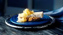 Ost og sød løgkompot med vanilje og hyldeblomst
