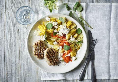 Let kartoffelmos med majs og peberfrugtdressing