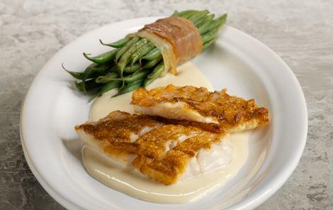 Skindstegt rødfisk og ostesauce