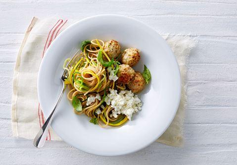 Squashspaghetti med kødboller og citronhytteost