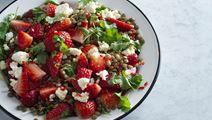 Jordbærsalat med chili, koriander og linser