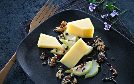 Frø og nødder i hot sirup til ost