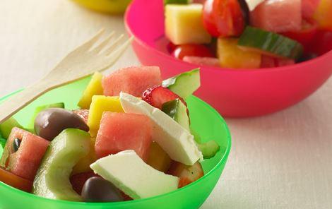 Græsk salat i børneversion med melonisterninger