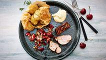 Grillet svinemørbrad med spicy kirsebærsalsa og røgede kartofler