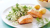 Laks med salat af spidskål, ærter og dild