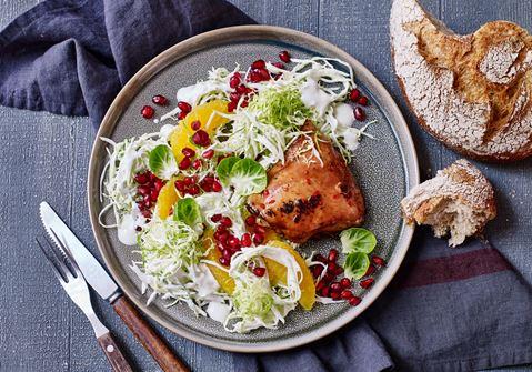 Sojamarinerede kyllingelår med hvidkålssalat