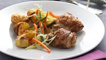 Ovnstegte kyllingelår og sursød hvidkålssalat