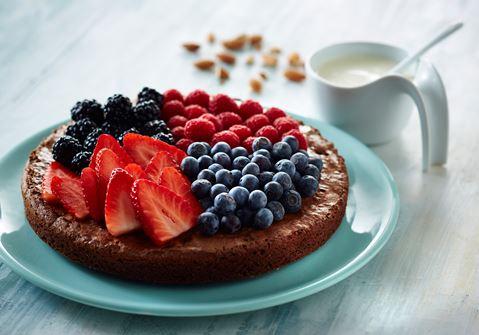 Chokoladekage med friske bær og vaniljesauce