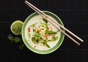 Thaisuppe med rodfrugter og skaldyr