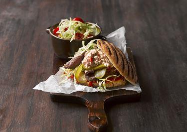 Sandwich med flanksteak og tomatkrydret hvidkål