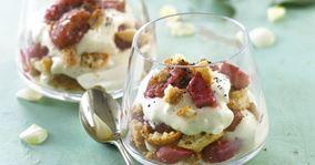 Hytteost-trifli med marcipanmakroner, vaniljebagte rabarber og rålakrids