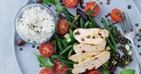 Kyllingesalat med grønne linser og hytteost