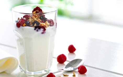 Rugdrys og hindbærkompot til tykmælk