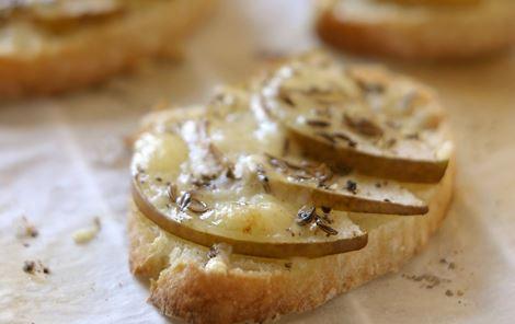 Bagte oste-pære-toasts med kommen