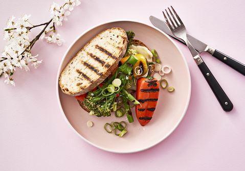 Toast med avocado og grillet grønt