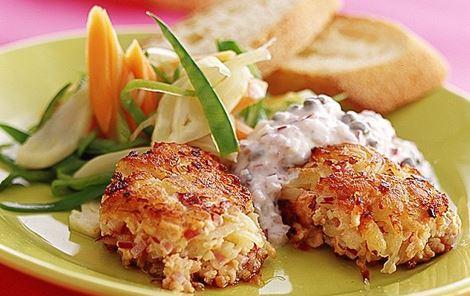 Lakse- og kartoffelkager med kapersdip