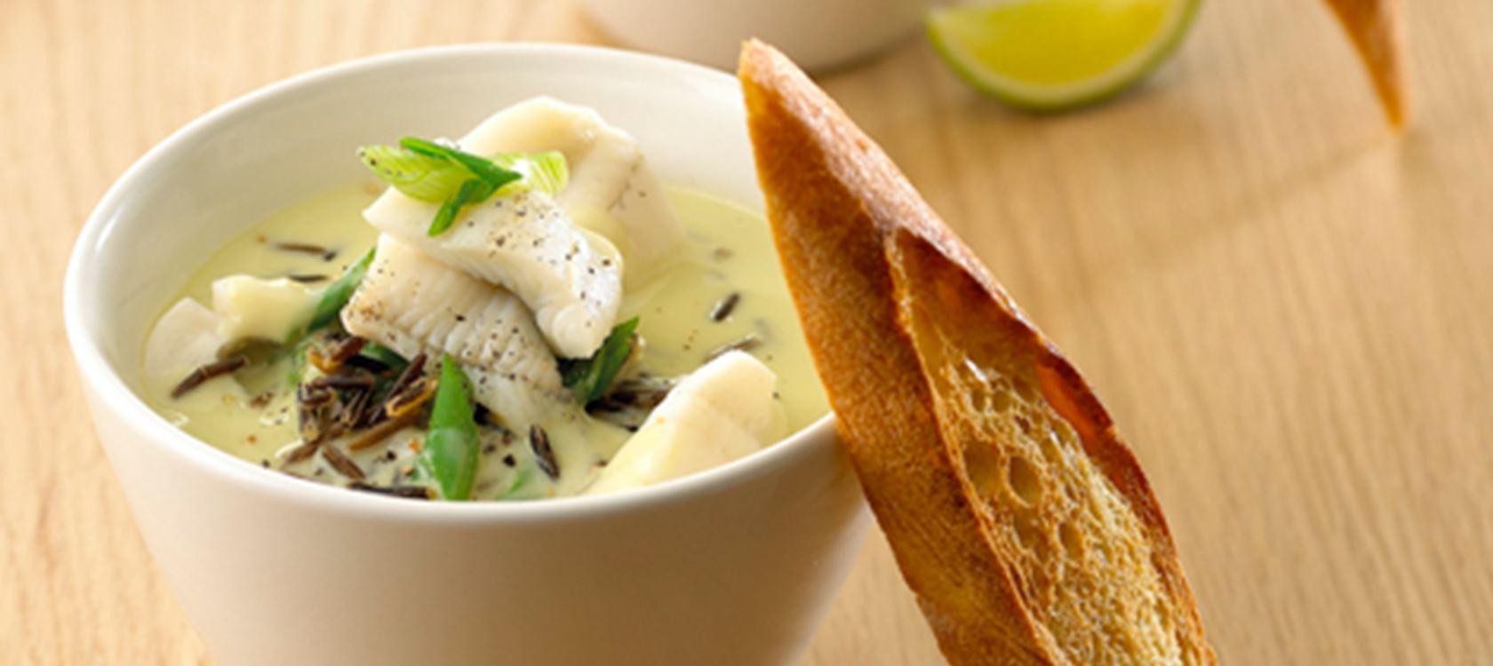 Aspargessuppe med fisk og vilde ris - Opskrifter - Arla