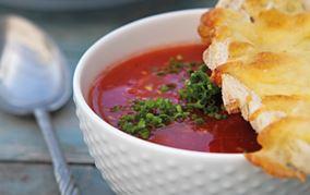 Kold tomatsuppe med ostebrød