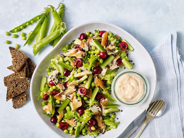 Salat med røget makrel og kirsebær