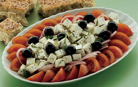 Tomatsalat med oliven og ost