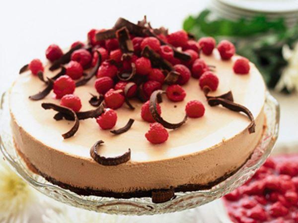 Mælkechokoladetærte med varm hindbærsauce
