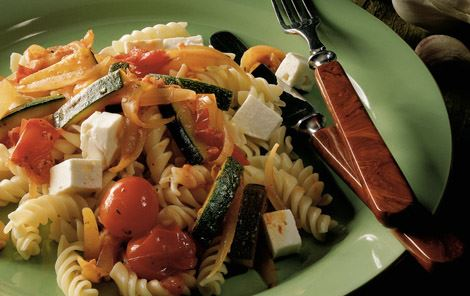 Pasta med løg, tomater og squash