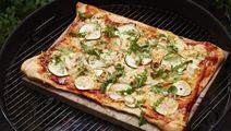 Pizza på grill med salatost og rucola