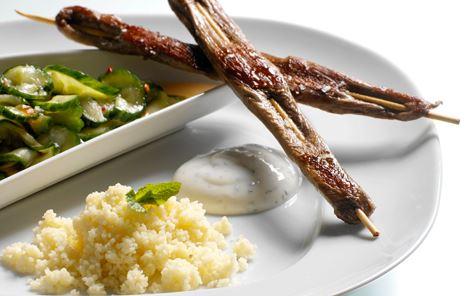 Lammesatay med krydret agurkesalat