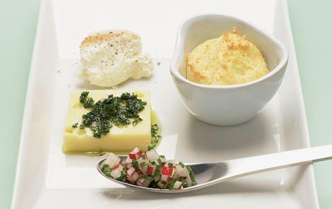Ostetallerken med små ostesouffléer
