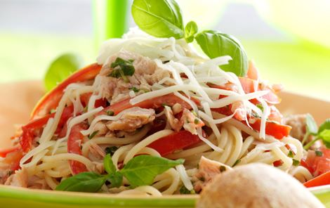 Pasta med tunfisk, tomater, basilikum og ost