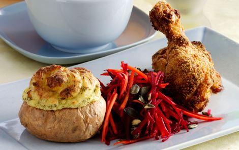 Ovnstegt kylling med dobbeltbagte kartofler og råkostsalat
