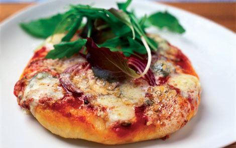 Pizza med blåskimmelost og rucola