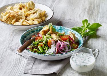 Asparges- og tomatsalat med sprøde hvidløgscroutoner