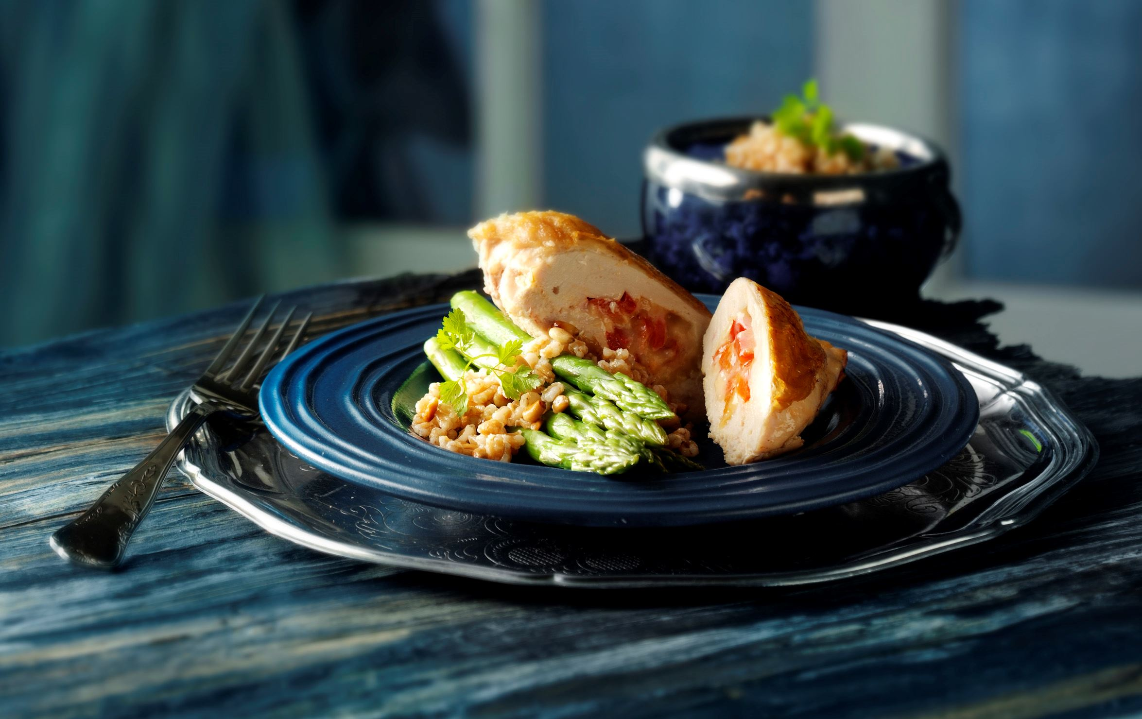 Unghanebryst med ost og perlespeltsalat