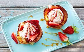 Sprøde pandekageskåle med is og friske jordbær