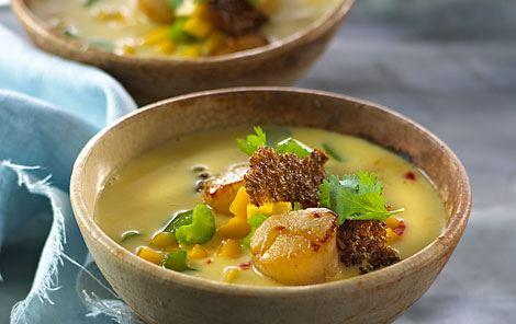 Suppe med kammuslinger, mangosalsa og ristet rug