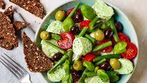 Kartoffelsalat med tomater, bønner og oliven