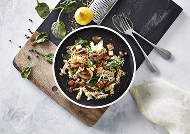 Pasta med svampe og stegt salatost