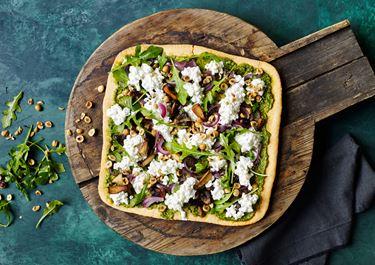 Pizza med pesto, svampe og ristede nødder