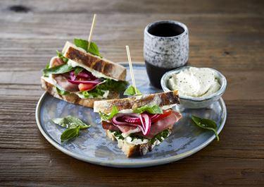 Sandwich med serrano skinke og syltede rødløg
