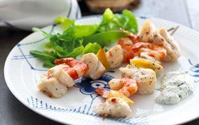 Grillede fiskespyd med grøn salat