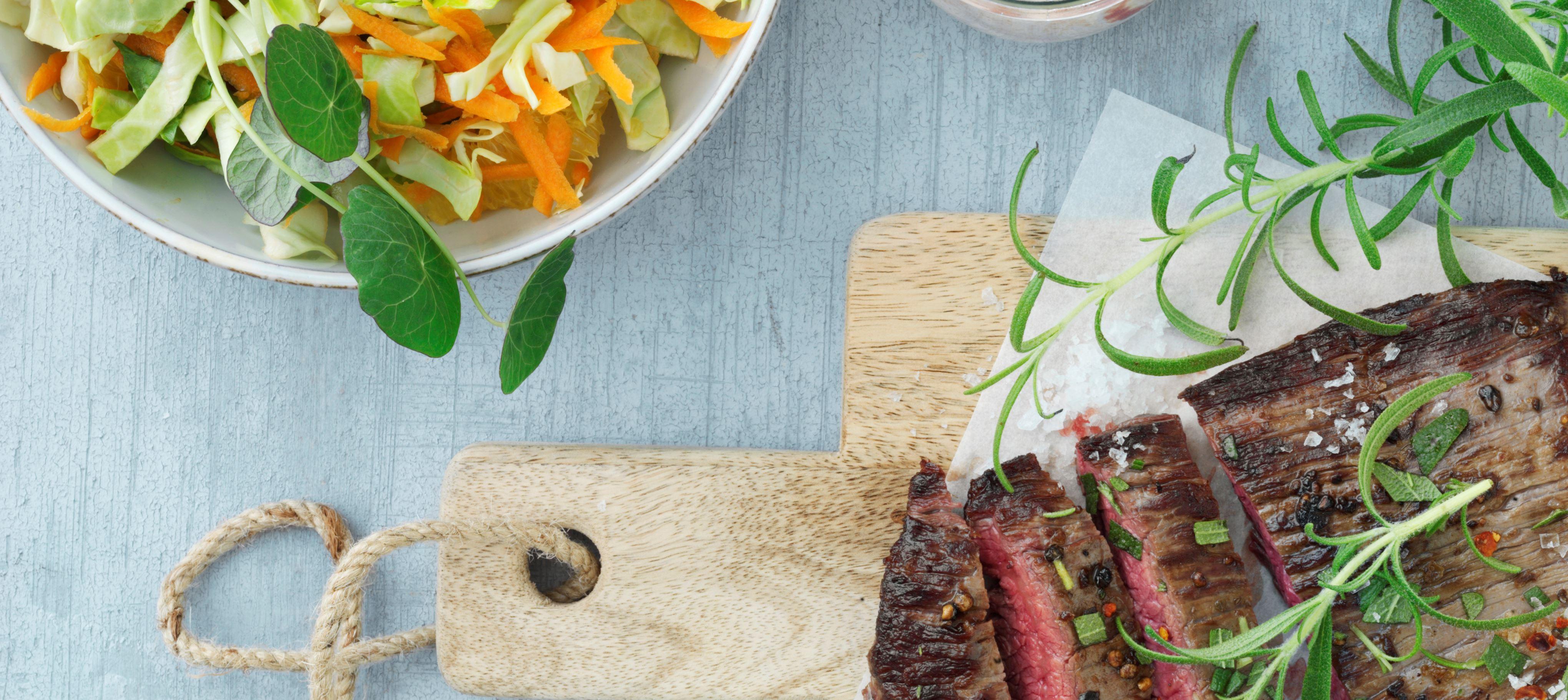 Grillet flanksteak med rosmarin og chilidressing