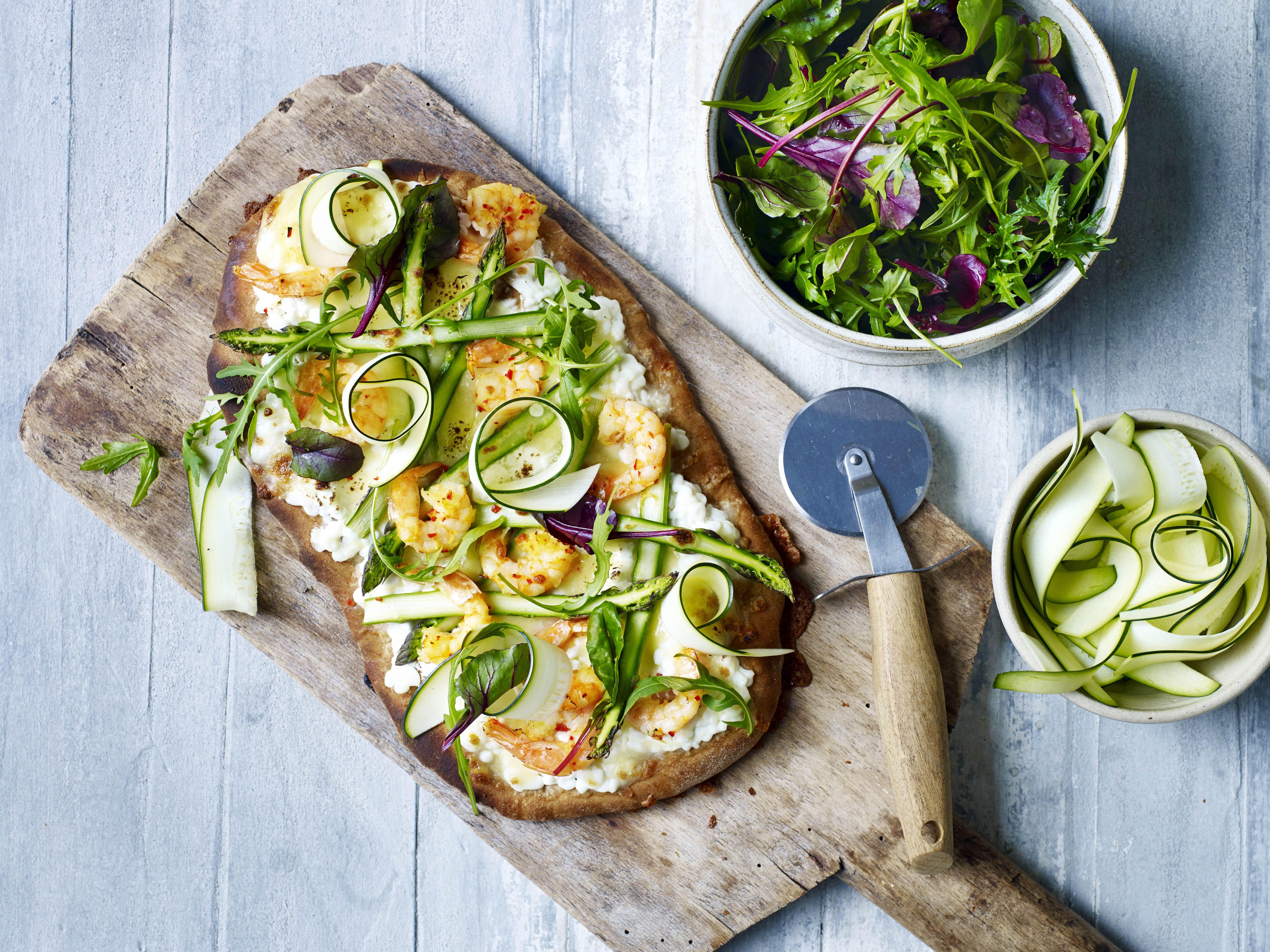 Hvid pizza med stegte rejer og grønne asparges